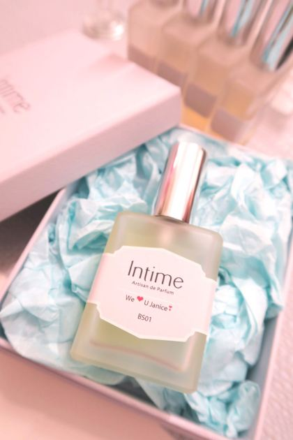 Bridesmaids' perfume for their beloved bride.